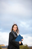 Nätt ung kvinna som joyfully firar hennes avläggande av examen Royaltyfri Foto