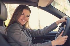 Nätt ung kvinna som kör en bil royaltyfri bild