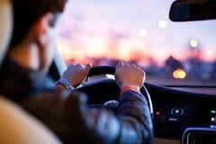 Nätt ung kvinna som kör hennes moderna bil Arkivbild