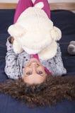 Nätt ung kvinna som ligger på underlaget Royaltyfria Foton