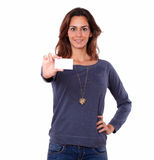 Nätt ung kvinna som rymmer ett tomt affärskort Arkivfoto