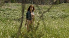 Nätt ung kvinna som ser bort på fält arkivfilmer