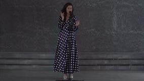 Nätt ung kvinna som sjunger till mikrofonen stock video