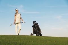 Nätt ung kvinna som spelar golf Arkivfoton