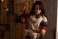 Nätt ung kvinna som tömmer brevlådan Royaltyfria Bilder