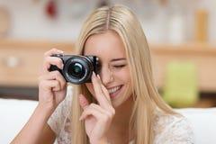 Nätt ung kvinna som tar ett fotografi Arkivfoto