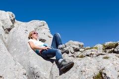 Nätt ung kvinna som vilar under vandringen fotografering för bildbyråer