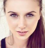 Nätt ung kvinnlig framsida Arkivfoton