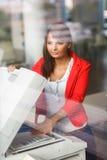 Nätt ung kvinnlig högskolestudent/sekreterare Royaltyfri Fotografi