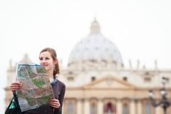 Nätt ung kvinnlig turist som studerar en kartlägga Fotografering för Bildbyråer