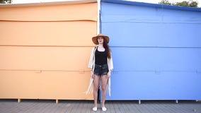 Nätt ung le kvinnaturist som går och tycker om solig sommardag arkivfilmer