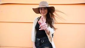 Nätt ung le kvinnaturist som går och tycker om solig sommardag stock video
