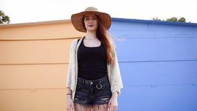 Nätt ung le kvinnaturist som går och tycker om solig sommardag lager videofilmer