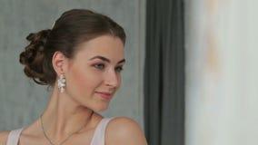 Nätt, ung och sinnlig kvinna med härligt smink och den eleganta frisyren lager videofilmer