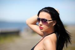 Nätt ung sexig sinnlig brunbränd sportkvinna i varm tid för bikinisommar Arkivfoton