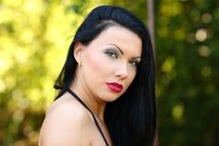Nätt ung sexig sinnlig brunbränd sportkvinna i varm tid för bikinisommar Royaltyfri Foto