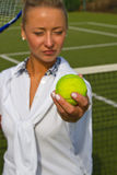 Nätt ung tennisspelarekvinna som spelar tennis Arkivbilder