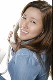 Nätt ung vuxen människa på telefonen Arkivfoto