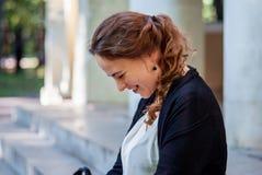 Nätt ungt kvinnligt turist- skratta Arkivfoton