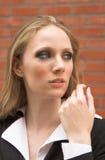 nätt utomhus- stående för blond flicka för klänning formell royaltyfria foton