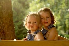 nätt vagn för 2 flickor Arkivfoto