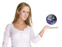 nätt visande värld för flicka Royaltyfri Fotografi
