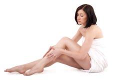 Nätt vuxen flicka med perfekta ben med handduken Fotografering för Bildbyråer