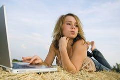 nätt working för flickabärbar dator Royaltyfria Foton