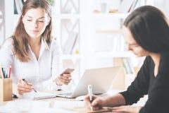 Nätta affärskvinnor som gör skrivbordsarbete Arkivbilder