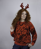 Nätta bärande horn på kronhjort för ung kvinna Arkivfoto