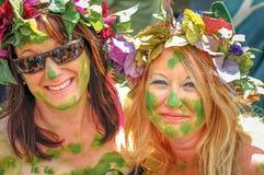 Nätta damer dekorerade med grönska och blommor för stålar i den gröna berömmen i Hastings Royaltyfri Fotografi