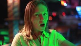 Nätta danser och flyttningar för ung kvinna i en nattklubb 1920x1080 lager videofilmer