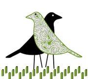 Nätta fågelpar i gräset Arkivfoto