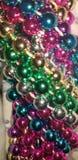 Nätta flerfärgade pärlor royaltyfri foto