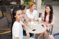 Nätta flickor i ett kafé Arkivfoto