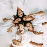 Nätta flickor med en brud i de vita skjortorna Royaltyfri Foto