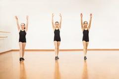 Nätta flickor som är klara att göra flips i dansgrupp royaltyfria foton