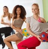 Nätta flickor som övar med bollen Royaltyfria Bilder