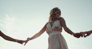 Nätta flickor som dansar i mitt av naturen i lång klänning och, har ett härligt leende Ultrarapider 4K arkivfilmer
