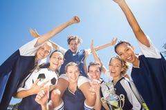 Nätta fotbollsspelare som firar deras seger Royaltyfri Bild