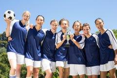 Nätta fotbollsspelare som firar deras seger Royaltyfria Bilder