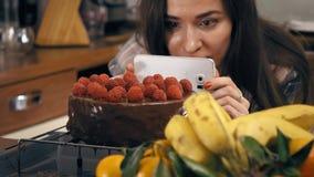Nätta foto för brunettflickadanande och video av hennes nytt lagade mat hallonkaka Amatörmässig matlagning, hemlagad bakelse och arkivfilmer