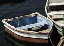 Nätta gamla roddbåtar Arkivbilder