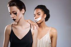 Nätta konstnärliga modeller som arbetar på skönhetaktionen royaltyfria foton