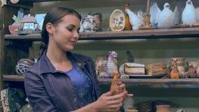 Nätta kvinnliga statyetter för lera för konstnärinställningsnadmade stock video