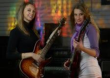 Nätta kvinnor vaggar på konsert Arkivfoto