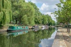 Nätta målade husfartyg fodrar regentens kanal i östliga London Arkivbild