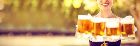 Nätta mest oktoberfest blonda hållande öl arkivfoton