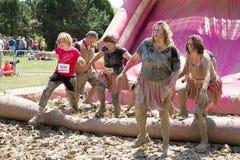 Nätta Muddy Race för liv Arkivfoto