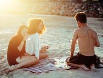 Nätta olika nation- och åldervänner på havskusten som har gyckel, livsstilfolkbegrepp på stranden, semestrar royaltyfri foto